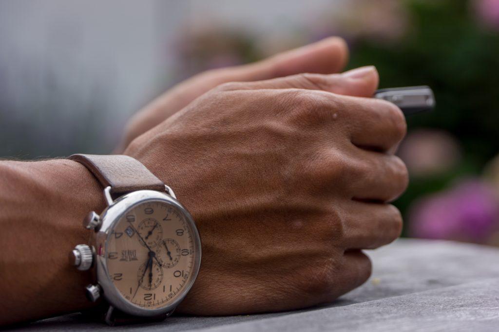 plan serré sur une montre et une main