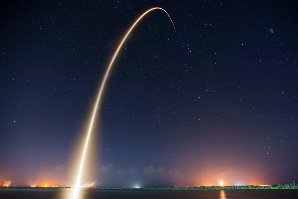une fusée décolle