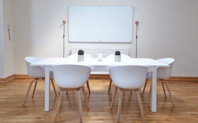 Salle de réunion vide.