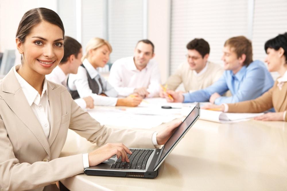 Femme avec un ordinateur en réunion