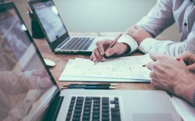 Deux personnes étudient un document.