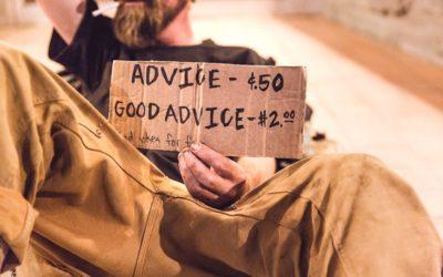 Homme tenant une pancarte indiquant ses prix pour des conseils et de bons conseils.
